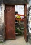 Pittoresk rost färgad ståldörr i stenstaden, Zanzibar royaltyfria bilder
