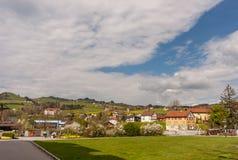 Pittoresk schweizisk bergby med kyrkogården och cloudscape Royaltyfri Foto