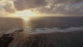 Pittoresk seascape på den guld- solnedgången, flyg- sikt stock video