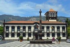 Pittoresk settmodell framme av stadshuset royaltyfria foton