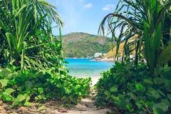 Pittoresk sikt av det Andaman havet i den Phuket ön, Thailand Sikt till och med djungeln på den härliga fjärden och bergen Fotografering för Bildbyråer