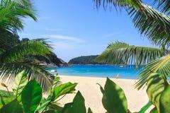 Pittoresk sikt av det Andaman havet i den Phuket ön, Thailand Sikt till och med djungeln på den härliga fjärden och bergen Arkivfoto