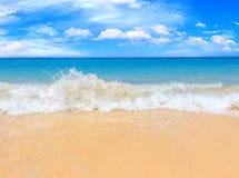 Pittoresk sikt av det Andaman havet med starka och höga vågor i den Phuket ön, Thailand Tropisk strand på den exotiska ön Royaltyfri Bild