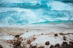 Pittoresk sikt av det azura rytande havet, svarta vulkaniska stenar och massiva sanddyn längs kustnorden av Calhau, Sao Arkivbilder