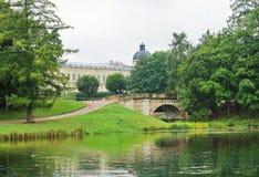 Pittoresk sikt av en gammal bro och slott i parkera i Gatc Arkivbild