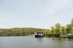 Pittoresk sikt av en härlig lakeside med skogen i baksidan arkivbilder