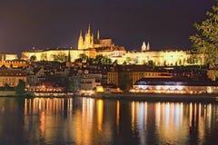 Pittoresk sikt på hraden för Prague slott, Prazsky i den tjeck- och Vltava floden 100f 2 8 28 för kameraafton f för 301 ai velvia Royaltyfri Bild