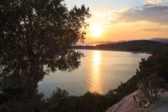 Pittoresk solnedgång i fjärden av det Aegean havet Royaltyfri Bild