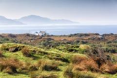 Pittoresk stuga på atlantisk kust för Irland ` s Royaltyfria Foton