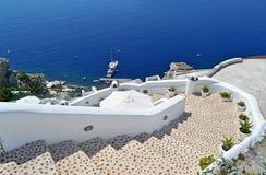 Pittoresk trappuppgång ner till havet, Oia, Santorini arkivfoto