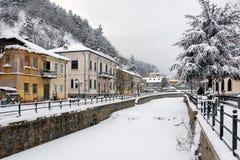 Pittoresk vinterplats vid den djupfrysta floden av Florina, en liten stad i nordliga Grekland Royaltyfri Bild