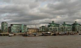 Pittoreska östliga London byggnader som beskådas från Thameset River Fotografering för Bildbyråer