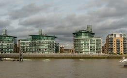Pittoreska östliga London byggnader som beskådas från Thameset River Arkivbild