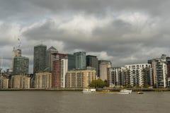 Pittoreska östliga London byggnader som beskådas från Thameset River Royaltyfria Bilder