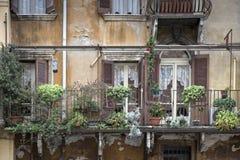 Pittoreska balkonger på ett bostads- hem i Italien Royaltyfria Bilder
