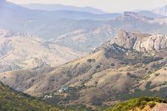 Pittoreska bergskedjor Sikten från det högsta maximumet av Karadag fotografering för bildbyråer