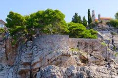 Pittoreska branta klippor av ön Sveti Stefan, Montenegro för St Stephen ` s Royaltyfria Bilder
