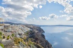 Pittoreska grekhus och romantisk panoramautsikt på den Fira staden och calderaen naturlig härlig liggande Santorini Royaltyfria Foton