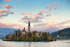 Pittoreska Slovenien, blödd sjö och stad i aftonen arkivfoto