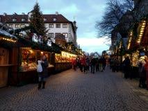 Pittoreska trähus som täckas med julljus, och ett stort julträd i gatorna av Stuttgart royaltyfri foto