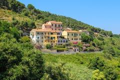 Pittoreskt bostads- hus på kullen på Elba Island Arkivbild