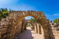 Pittoreskt fördärvar av den forntida hamnstaden Caesarea Fotografering för Bildbyråer