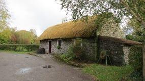 Pittoreskt gammalt lantgårdhus på en väg Arkivfoton