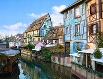 Pittoreskt gammalt turist- område nära den historiska mitten av Colmar, Haut-Rhin, Alsace, Frankrike Traditionella gamla hus deko royaltyfria bilder