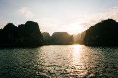 pittoreskt hav för liggande fjärd ha långa vietnam fotografering för bildbyråer