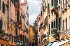 Pittoreskt italienskt hus med blommor i fönstren Venedig I Royaltyfria Foton