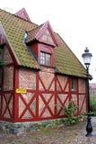 Pittoreskt korsvirkes- hus i Ystad, Sverige royaltyfri bild