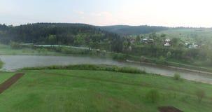 Pittoreskt läge på floden nära kullen flyg- sikt arkivfilmer
