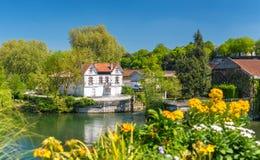 Pittoreskt landskap av den Charente floden på Cognac, Frankrike arkivfoton