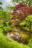 Pittoreskt landskap av japanträdgården med asiatet Zen Sculptures Arkivbilder