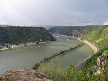 Pittoreskt landskap av mellersta Rhine River Sikten från ovannämnt från Lorelei vaggar på St Goarshausen, Katz Castle royaltyfri bild