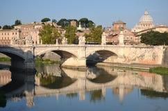 Pittoreskt landskap av St Peters Basilica över Tiber i Rome, Italien Royaltyfri Bild
