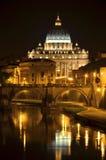 Pittoreskt landskap av St Peters Basilica över Tiber i Rome, Italien Arkivbilder