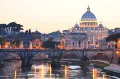 Pittoreskt landskap av St Peters Basilica över Tiber i Rome, Italien Royaltyfria Bilder