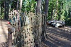 Pittoreskt landskap, ett fäktat vila ställe i skogen arkivfoton
