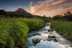 Pittoreskt landskap med floden och vulkan Royaltyfria Foton