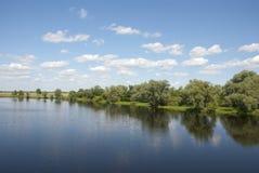 Pittoreskt mitt emot banken av floden arkivbild