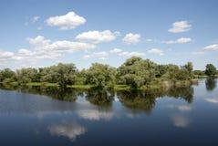 Pittoreskt mitt emot banken av floden Royaltyfri Foto