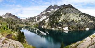 Pittoreskt naturlandskap med sjön Royaltyfri Foto