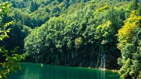Pittoreskt vattenfalllandskap i Plitvice sjönationalpark lager videofilmer