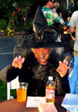 Pittsboro, OR : Madame Dressed comme sorcière de Halloween Photos stock