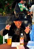 Pittsboro, NC: Dama Ubierająca jako Halloweenowa czarownica Zdjęcia Stock