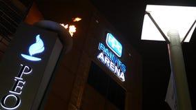 PITTSBURGH - Cerca do fevereiro de 2018 - O PPG pinta a arena em Pittsburgh na porta da entrada do gás do ` s dos povos - ALT video estoque