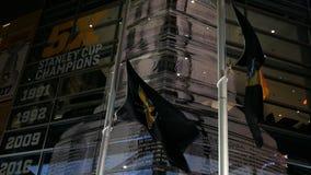 PITTSBURGH - Circa im Februar 2018 - die NHL-Pittsburgh Penguins-Flagge, die nahe dem PPG durchbrennt, malt Arena stock video footage
