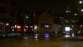 Pittsburgh - circa im Februar 2018 - Nachtaufnahme von Oakland PA nahe dunklem regnerischem Abend stock video
