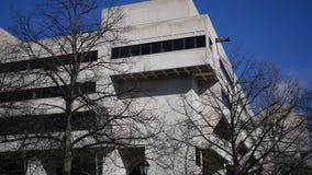 PITTSBURGH - Circa marzo de 2018 - toma panorámica a un edificio de la universidad en Oakland en Pittsburgh en el campus de Pitt metrajes